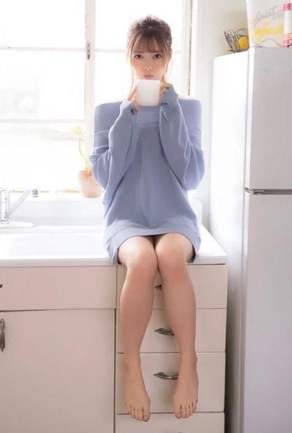 白石麻衣(26)のオフショルワンピの生足太ももがぐうシコww【エロ画像】